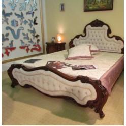 Классическая кровать с резным изголовьем в спальный гарнитур Августини